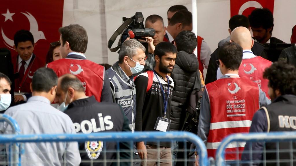 Dikili, 2016. április 8.  Török rendőrök illegális bevándorlókat kísérnek Dikili kikötőjében 2016. április 8-án, miután negyvenöt pakisztáni férfiból álló újabb menekültcsoport érkezett vissza a görög Leszbosz szigetéről Törökországba. Az Európai Unió és a török kormány között március 18-án létrejött menekültügyi megállapodás keretében április 4-én kezdődött meg azoknak az illegális határátlépőknek a visszaküldése Törökországba, akik március 20-a után érkeztek valamelyik görög szigetre, és akiknek a görög hatóságok elutasították a menedékkérelmét, vagy akik maguk zárkóztak el a kérelem benyújtásától. (MTI/EPA/Mert Cakir)