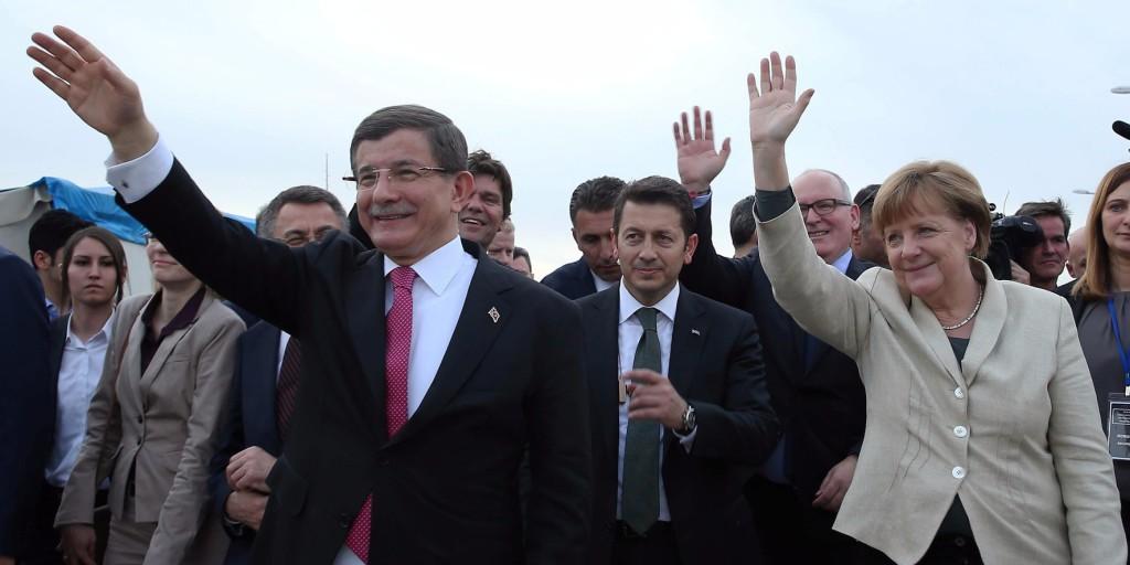 Nizip, 2016. április 23. A török kormány által közreadott képen Angela Merkel német kancellár (j) és Ahmet Davutoglu török miniszterelnök a délkelet-törökországi Gaziantep melletti Nizip településen működő szíriai menekülttábor óvodájában 2016. április 23-án. Merkel és az Európai Unió két vezetője azért utazott Törökországba, hogy az EU és Ankara márciusi, a menekültválság megoldását célzó egyezményének részleteiről tárgyaljon. (MTI/AP/Török miniszterelnöki hivatal pool/Hakan Göktepe)
