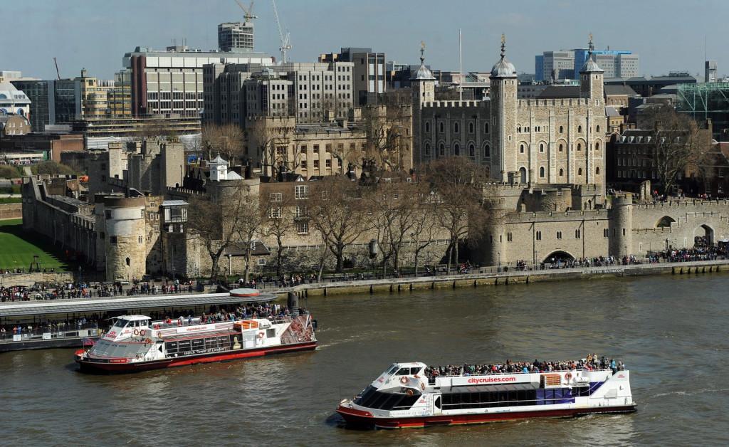 London, 2013. április 23. A londoni Tower a Temze partján 2013. április 23-án. (MTI/EPA/Andy Rain)