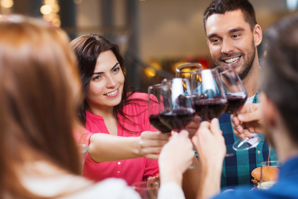 Stockphoto - Vacsora - Ebéd - Asztaltársaság - Baráti kör - Étkezés - Bor - Koccintás