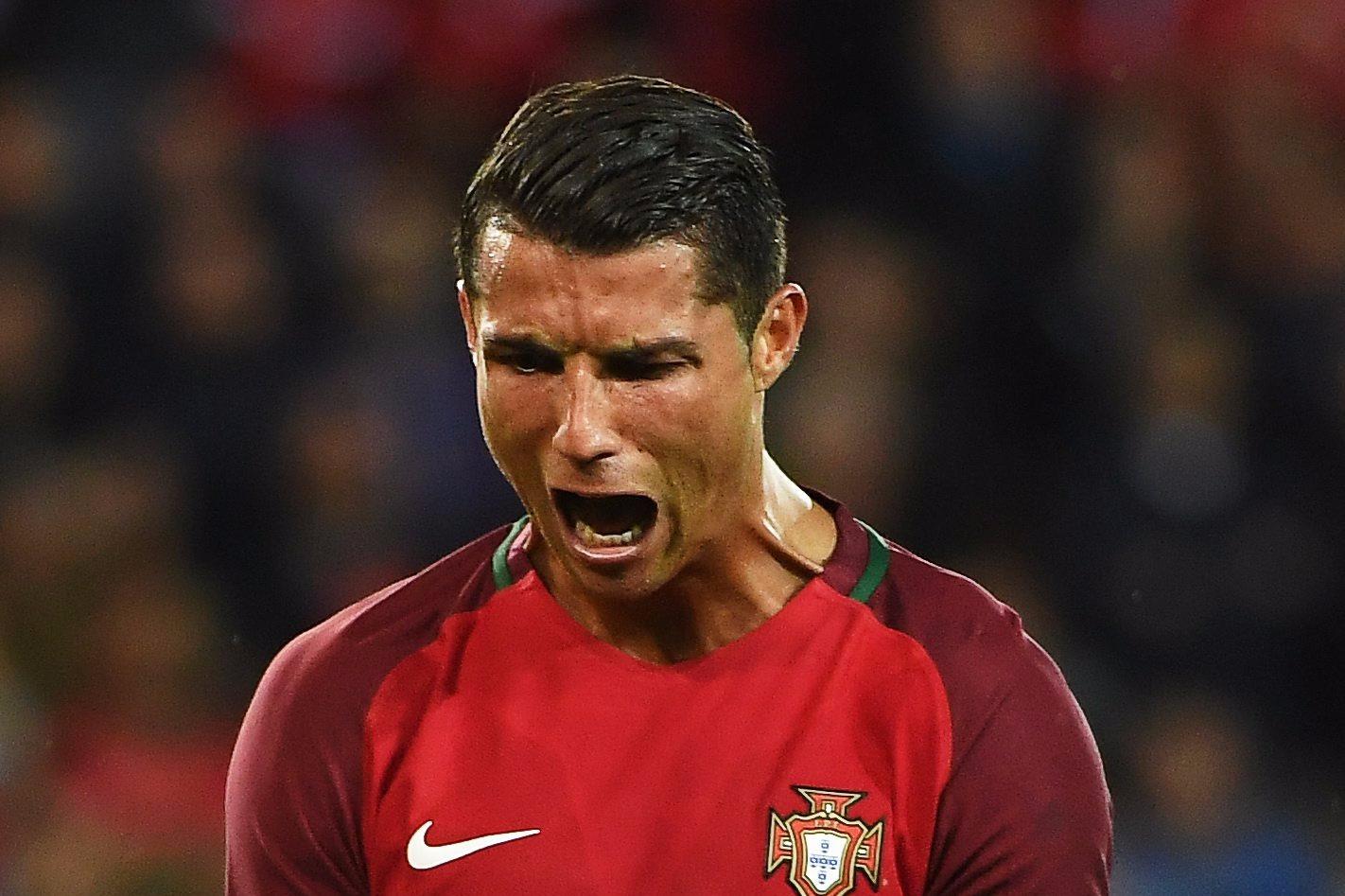 """Ronaldo """"egyik"""" frusztrált pillanata a 2016-os foci-Eb alatt (Fotó: EPA)"""