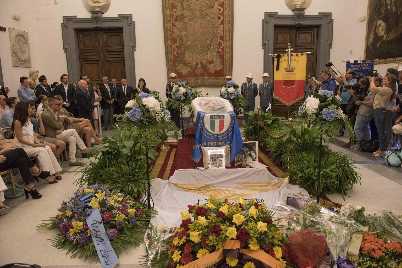 Carlo Pedersoli, művésznevén Bud Spencer olasz színész ravatala a római Campidoglio-palota Protomoteca termében 2016. június 29-én. Bud Spencer június 27-én, 86 éves korában hunyt el. (MTI/EPA/Giorgio Onorati)