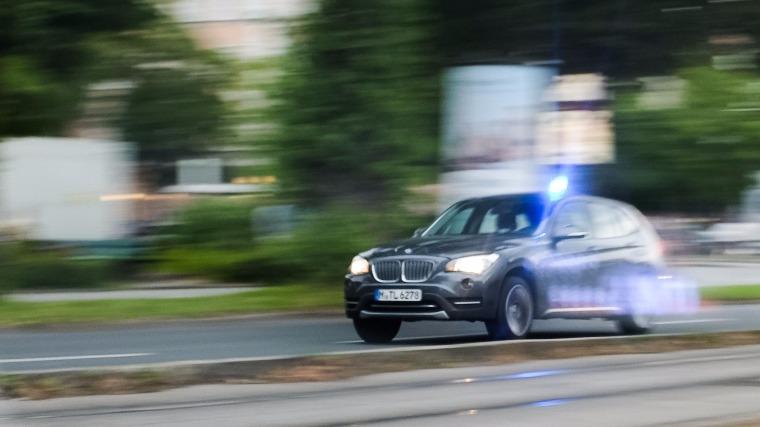 Megkülönböztetett jelzéssel közlekedő rendőrautó érkezik Münchenben az Olympia bevásárlóközponthoz, ahol lövöldözés történt 2016. július 22-én a kora esti órákban (Fotó: MTI/EPA/Lukas Schulze)