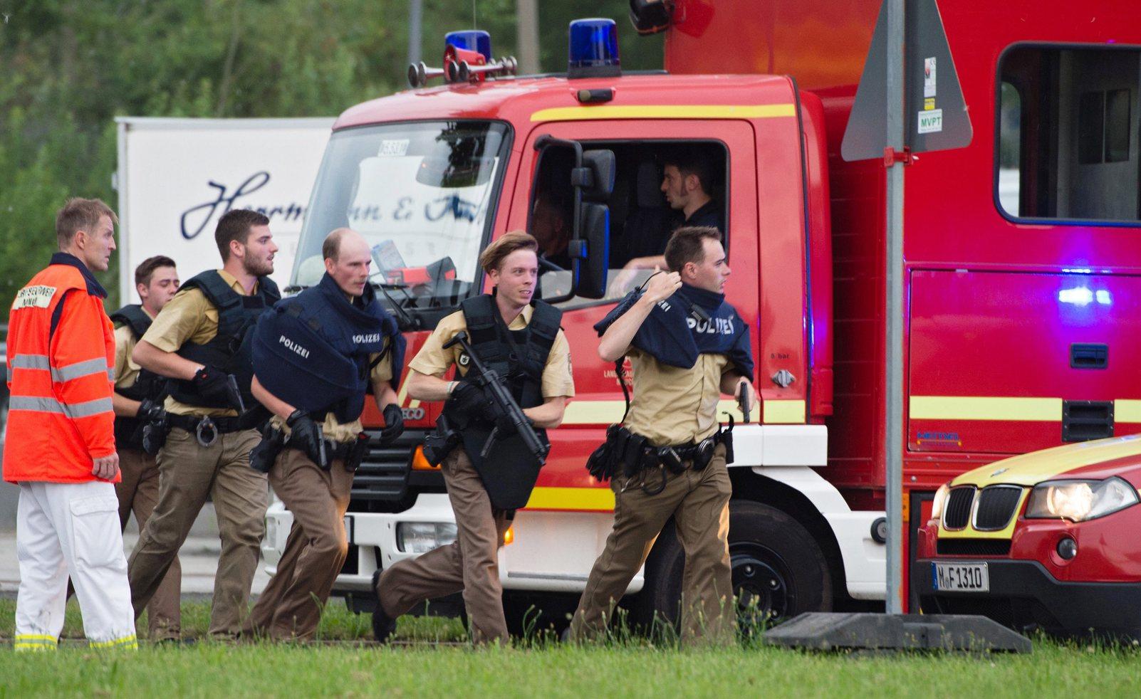 Rendőrök érkeznek Münchenben az Olympia bevásárlóközponthoz, ahol lövöldözés történt 2016. július 22-én a kora esti órákban (Fotó: MTI/EPA/Matthias Balk)
