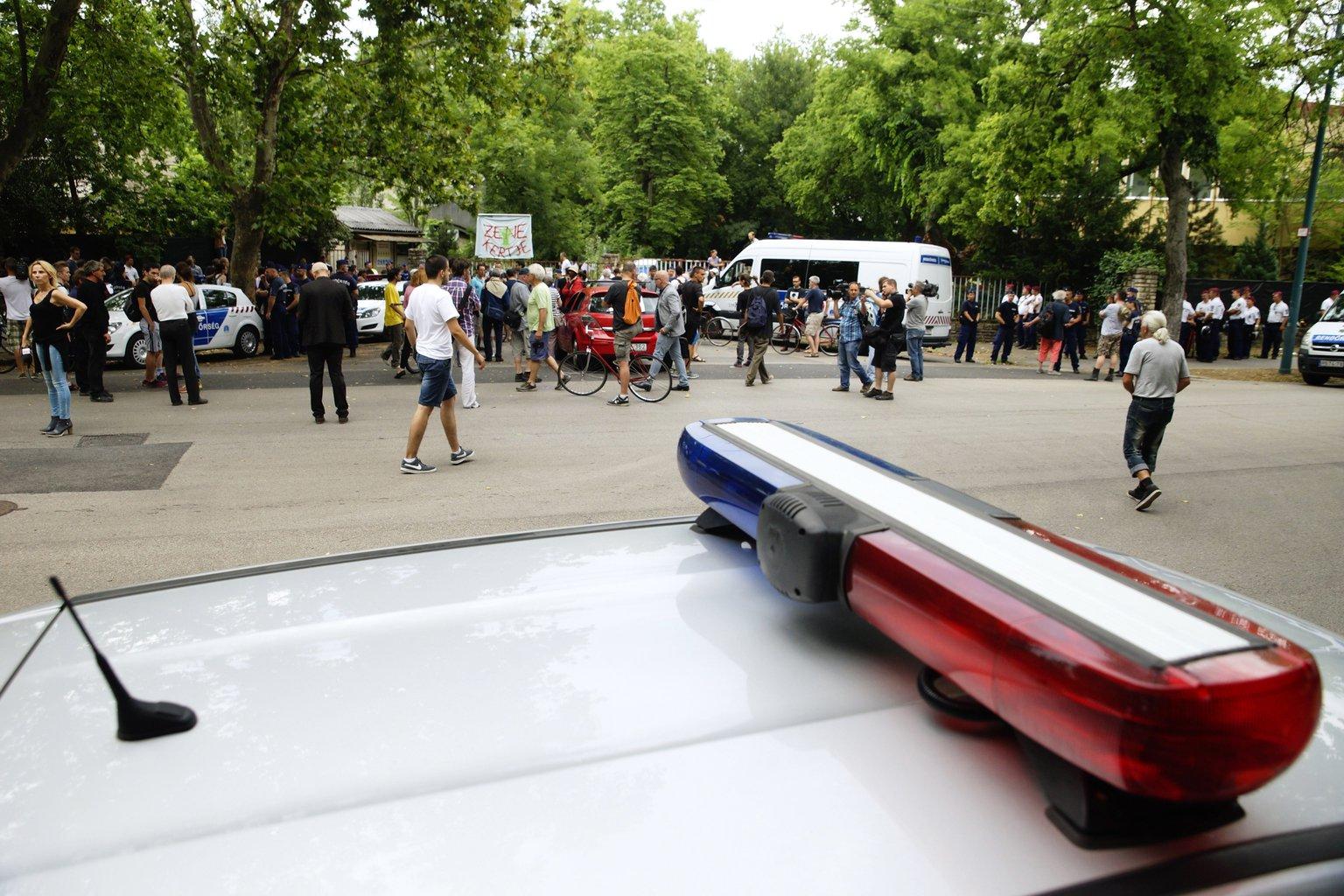 Rendőrök és a Ligetvédők a városligeti Hungexpo irodaházaknál július 6-án. MTI Fotó: Balogh Zoltán