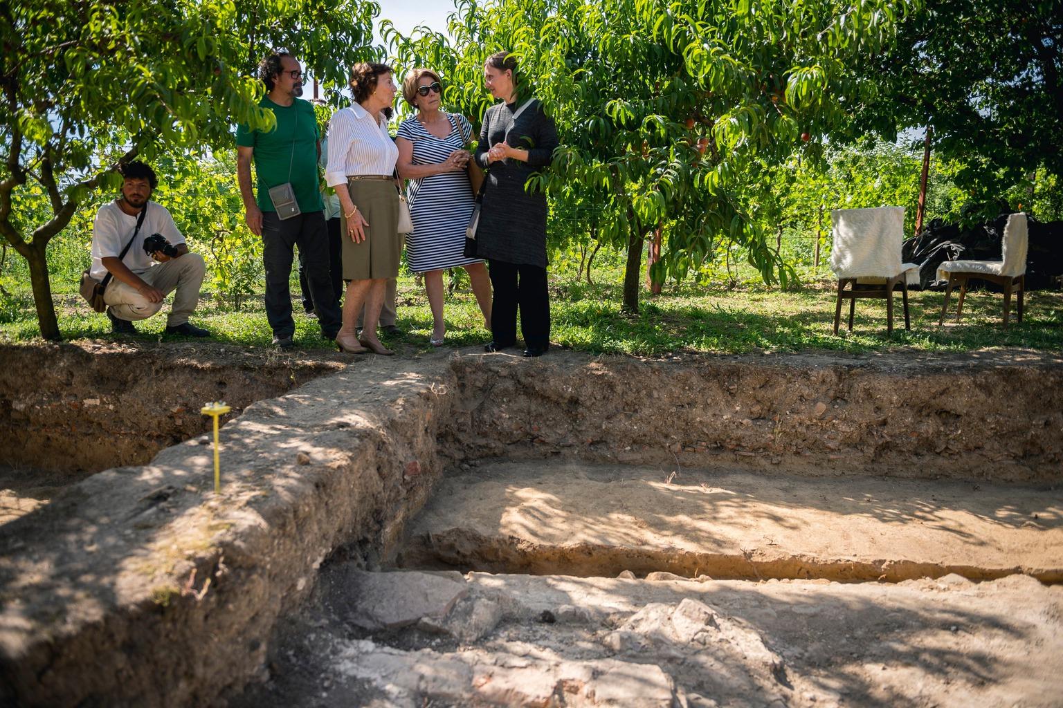 Szigetvár, 2016. július 5. Hancz Erika ásatásvezető régész (j) mutaja Mediha Nami Osmanoglu de Fernandeznek (j2) és Kenizé Mouradnak (j3), oszmán hercegnőknek I. Szulejmán török szultán feltételezett síremlékének feltárását Szigetvár közelében 2016. július 5-én. I. Szulejmán Szigetvárnál halt meg, testét Isztambulba vitték, belső szerveit ugyanakkor a legenda szerint kivették és a helyszínen eltemették. A legjelentősebb oszmán uralkodóként tisztelt Szulejmán sírhelye a 17. században elpusztult, azóta elveszett a helyének pontos emlékezete. MTI Fotó: Sóki Tamás