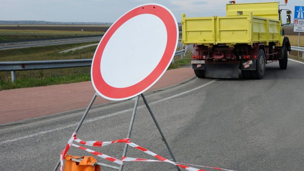 Közútkezelő: több helyen lesz forgalomkorlátozás az M1-es autópályán