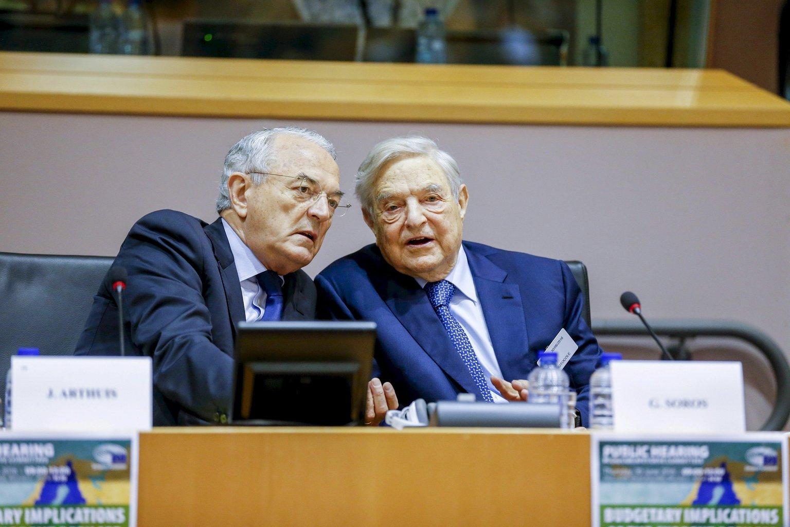 Az Európai Parlament által közreadott képen Jean Arthuis, az Európai Parlament Költségvetési Bizottságának elnöke (b) és Soros György magyar származású amerikai üzletember, a New York-i Soros Fund Management befektetési társaság elnöke az EP fejlesztési, költségvetési, bel- és igazságügyi bizottságainak közös konferenciáján Brüsszelben 2016. június 30-án. (MTI/Európai Parlament/Philippe Buissin)