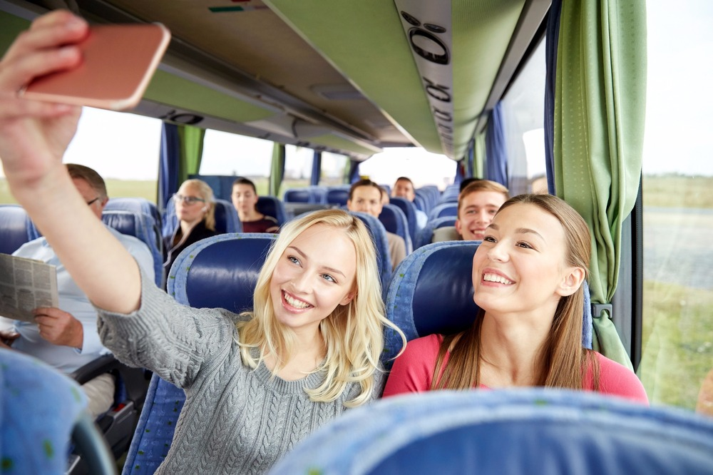 Stockphoto - Okostelefon - Mobiltelefon - Fiatalok - Lányok - Nõk - Busz - Osztálykirándulás - Utas - Közönség - Szelfi - Fénykép