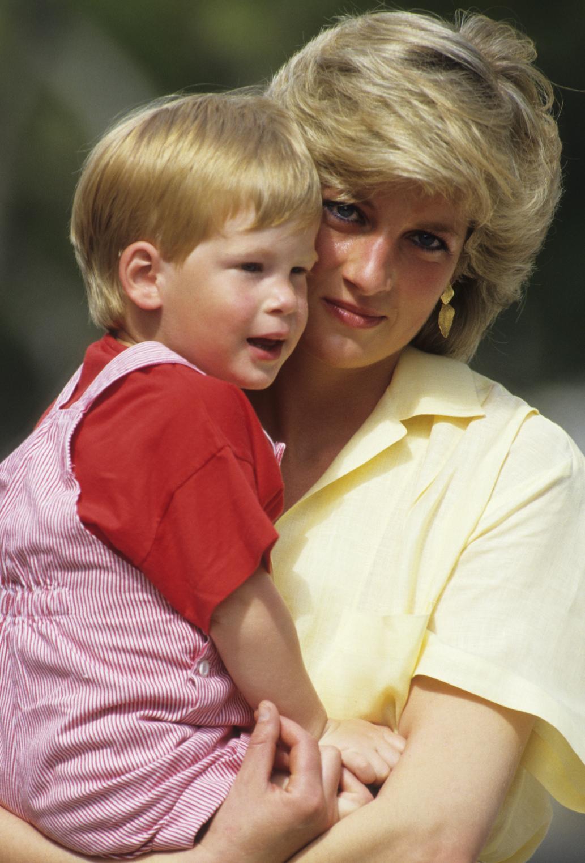 Diana karjában Harry herceggel, aki évtizedeken át küzdött a gyásszal (Fotó: Hulton Press)