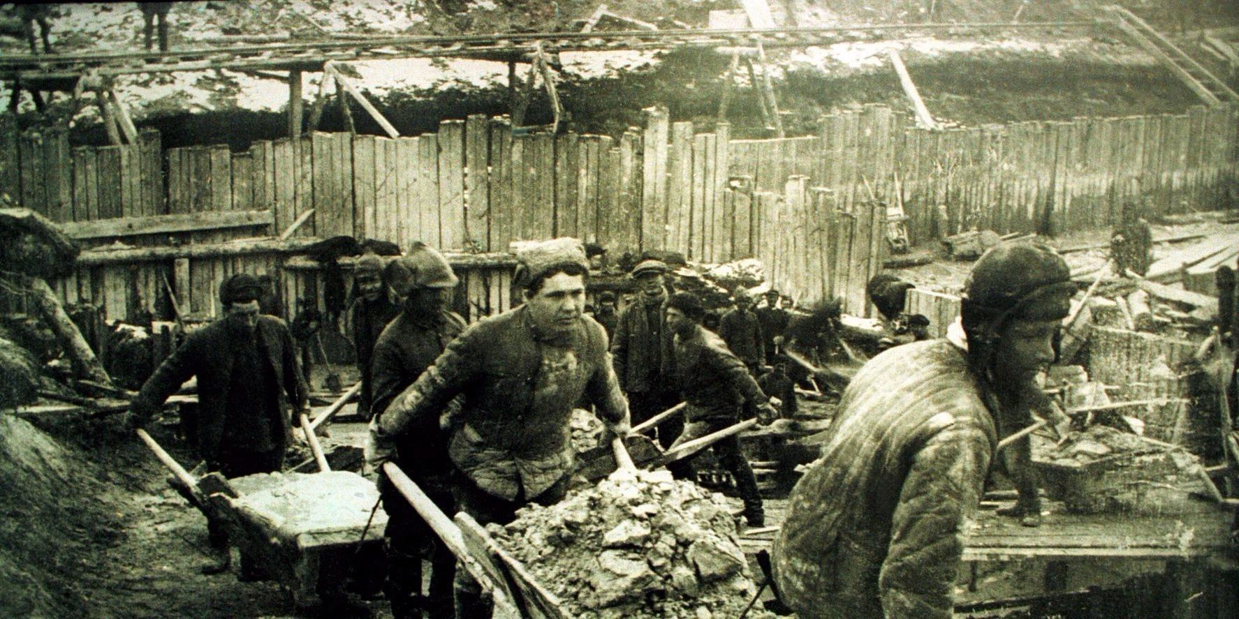 Szovjetunió, 1940-es, 50-es évekTomas Kizny lengyel fotóművész kiállításának egyik fotója. A művésznek az 1990-es évek elején, az egykori Gulag táborok helyszínén készült fotóiból és a Memorial Egyesület - amely a sztálinizmus áldozatainak emlékét őrzi Moszkvában - dokumentumaiból nyílik kiállítás 1999. április 30-án Budapesten, a Zrínyi Nyomda egykori épületében. MTI Fotó: Reprodukció
