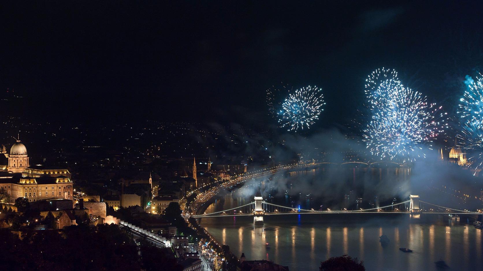 Budapest, 2016. augusztus 20. Ünnepi tűzijáték a Duna felett Budapesten 2016. augusztus 20-án, a nemzeti ünnepen. MTI Fotó: Lakatos Péter