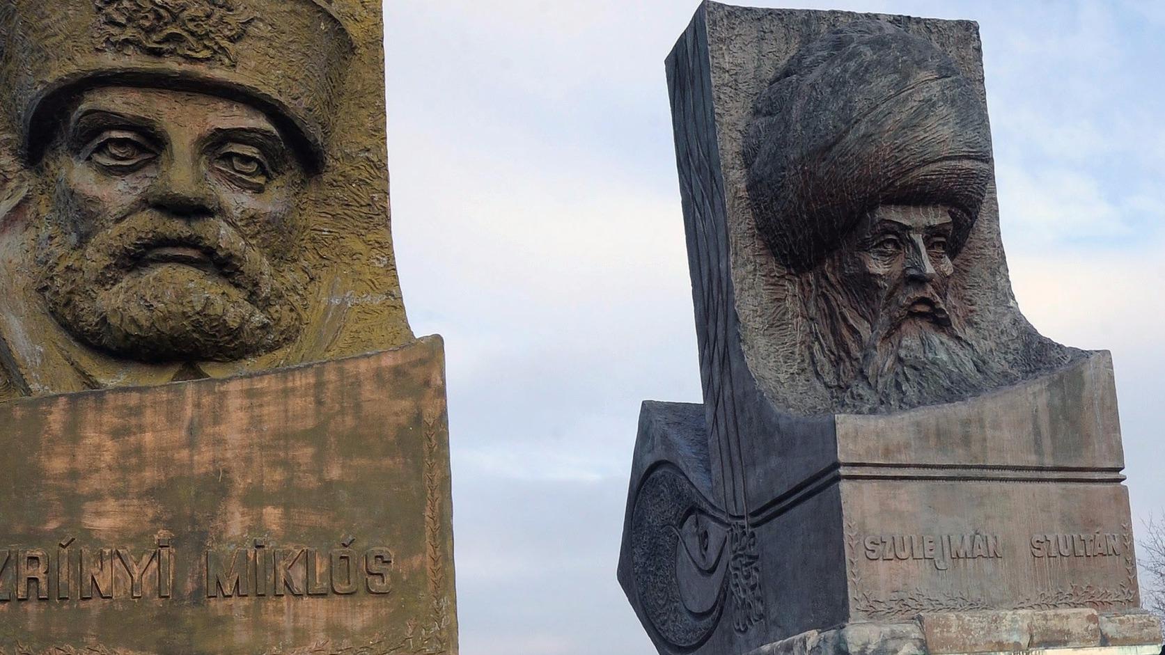 Szita Károly kaposvári polgármester (j) és Hilmi Türkmen, a török testvérváros, Üsküdar polgármestere, miután megkoszorúzták Zrínyi Miklós és Szulejmán szultán szobrát a Magyar-Török Barátság Parkban Szigetvár közelében 2015. december 19-én. A török vendégek felkeresték I. Szulejmán szultán nemrégiben feltárt sírhelyét (türbéjét), az egykori mauzóleumot szigetvár-turbéki szőlőhegyen. MTI Fotó: Lendvai Péter