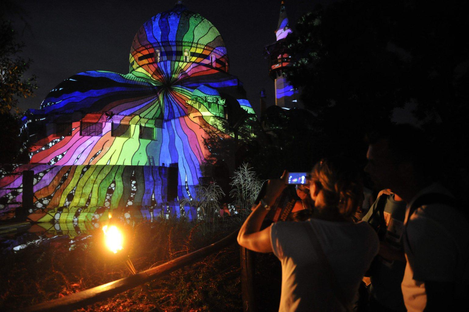 Fényfestés a régi elefántházon az Állatkertek éjszakája rendezvényen a Fővárosi Állat- és Növénykertben 2015. augusztus 28-án este. (MTI Fotó: Kovács Attila)