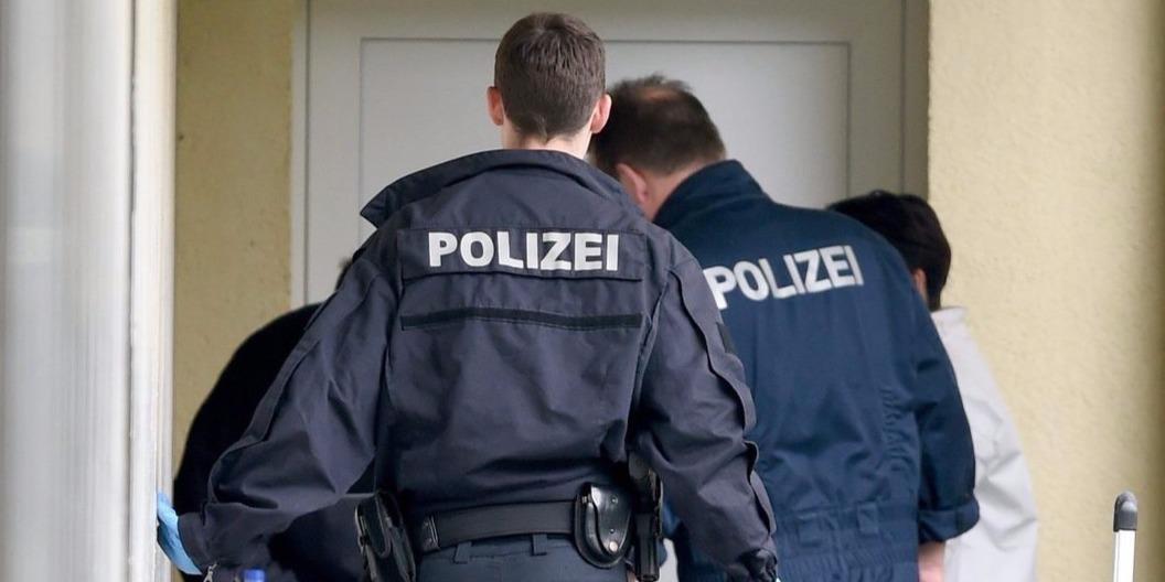 Oberursel, 2015. április 30.Rendőrök egy lakás előtt nyomoznak Frankfurt északi elővárosában, Oberurselben 2015. április 30-án. A német rendőrség egyik különleges egysége terroristagyanús személyek lakásán hajtott végre rajtaütést, egy férfit és egy nőt őrizetbe vettek. A hatóságok szerint az akcióval terrortámadást hiúsítottak meg. (MTI/EPA/Boris Roessler)