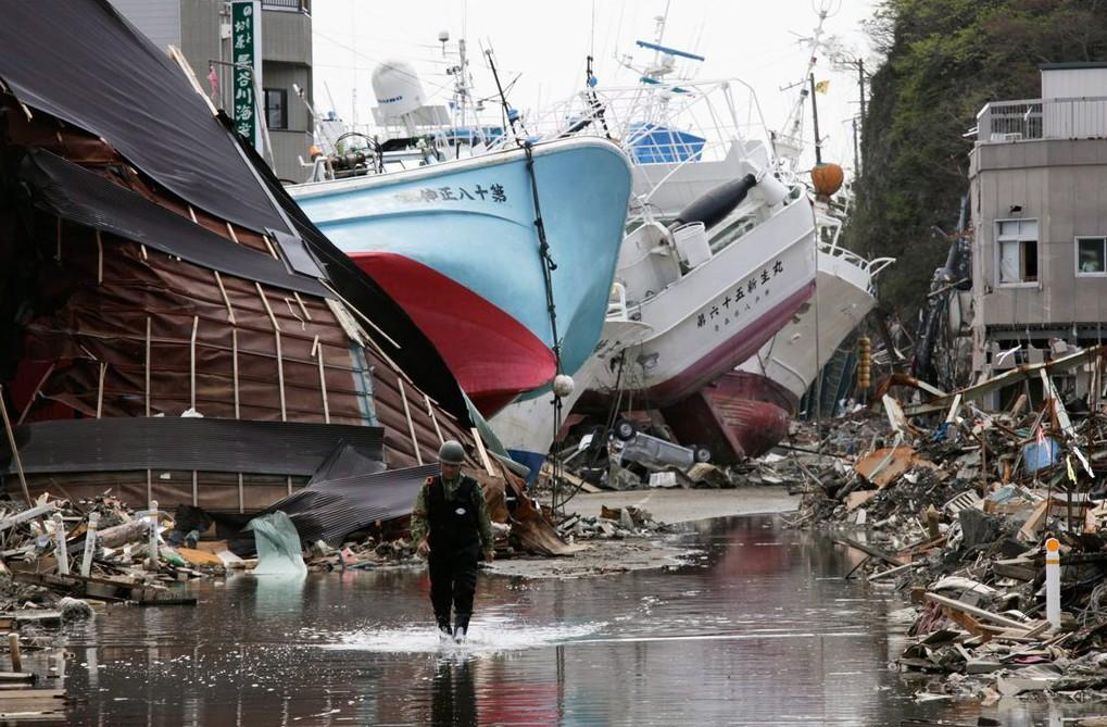 Partra vetett halászhajók a Mijagi prefektúrában fekvő Keszennuma városban 2011. április 28-án, a Japán északkeleti partvidékén 2011. március 11-én történt, Richter-skála szerinti 9-es erősségű földrengés és szökőár után (MTI/EPA/Majama Kimimasza)