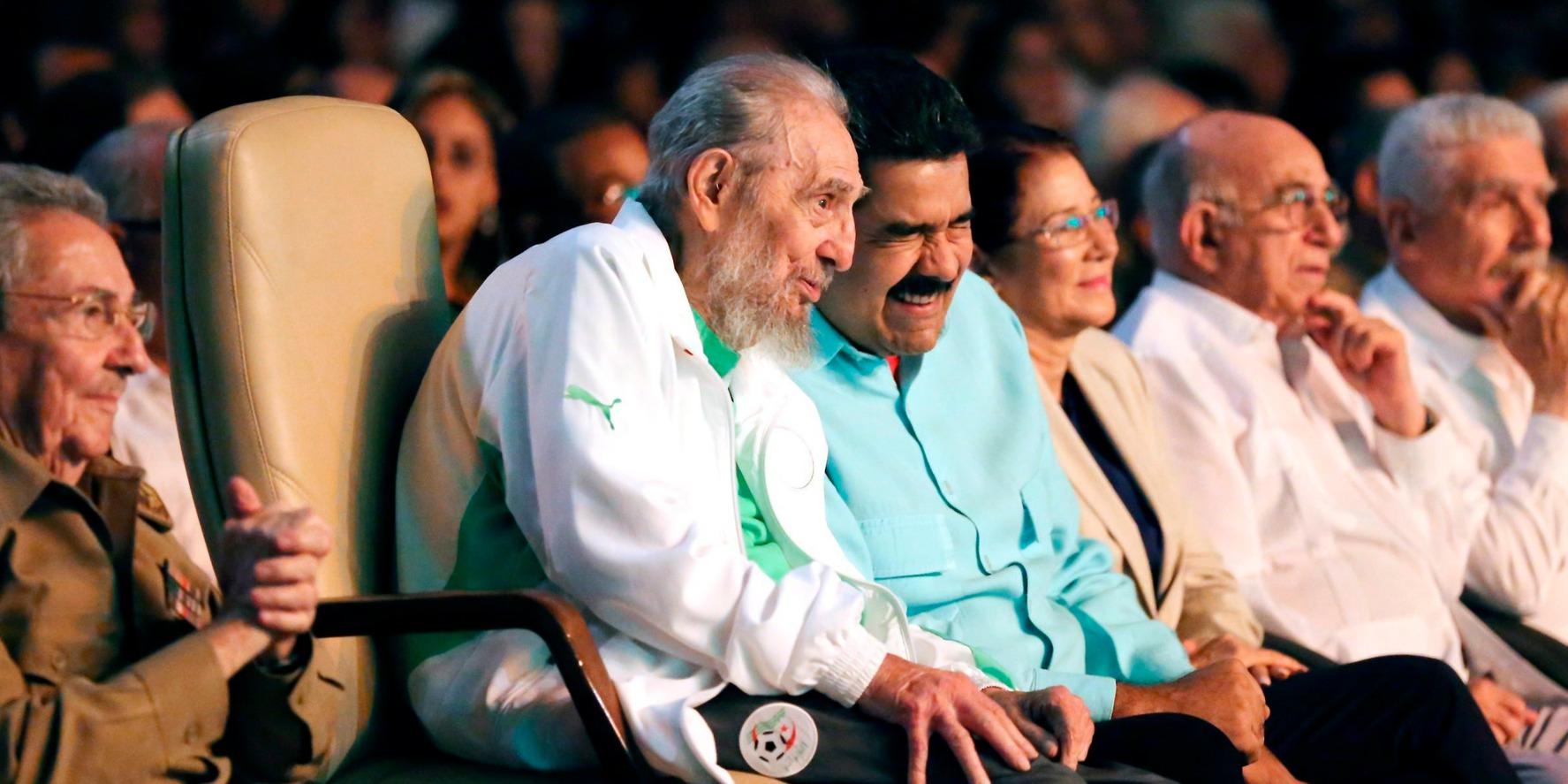 Havanna, 2016. augusztus 14. A venezuelai elnöki hivatal által közreadott képen Fidel Castro volt kubai elnök (b2) az öccse, Raúl Castro jelenlegi kubai államfő (b), Nicolás Maduro venezuelai elnök (b3) és Maduro, felesége, Cilia Flores (b4) társaságában a havannai Karl Marx Színházban, ahol a 90. születésnapja alkalmából gálaműsort ad egy gyermek színjátszó társulat 2016. augusztus 13-án. (MTI/EPA/Venezuelai elnöki hivatal)