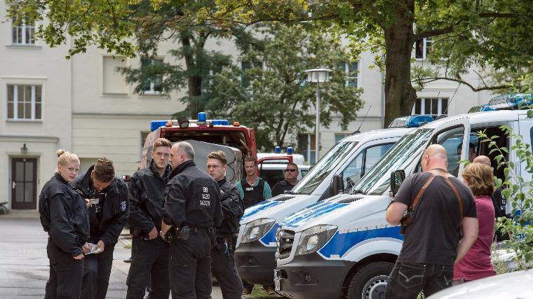 A német különleges rendőri egység tagjai annak a muzulmán hitre áttért német férfinak az eisenhüttenstadti házánál 2016. augusztus 17-én, aki a hatóságok gyanúja szerint pokolgépes merényletet tervezett Németországban. Sajtóértesülések szerint a 27 éves férfi egy szögekkel megtöltött pokolgépet akart felrobbantani augusztus végén egy helyi szabadtéri rendezvényen. (MTI/EPA/Patrick Plül)