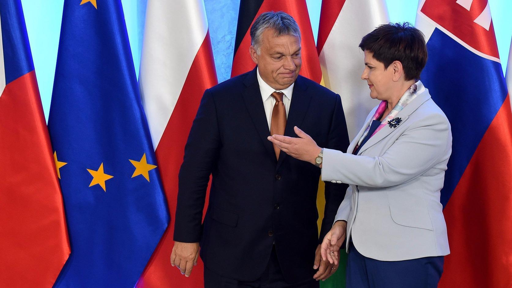 Varsó, 2016. augusztus 26. Orbán Viktor miniszterelnököt (b) fogadja lengyel hivatali partnere, Beata Szydlo a visegrádi országok (V4) csúcstalálkozója előtt Varsóban 2016. augusztus 26-án. Csehország, Lengyelország, Magyarország és Szlovákia kormányfői az Európai Unió jövőjéről tárgyalnak a lengyel fővárosban Angel Merkel német kancellár részvételével. (MTI/EPA/Radek Pietruszka)