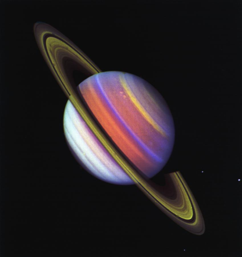A Voyager-2 hamisszínes fényképe feltárta a Szaturnusz sávos felhőrendszerének struktúráját. (Fotó: NASA/JPL-Caltech)