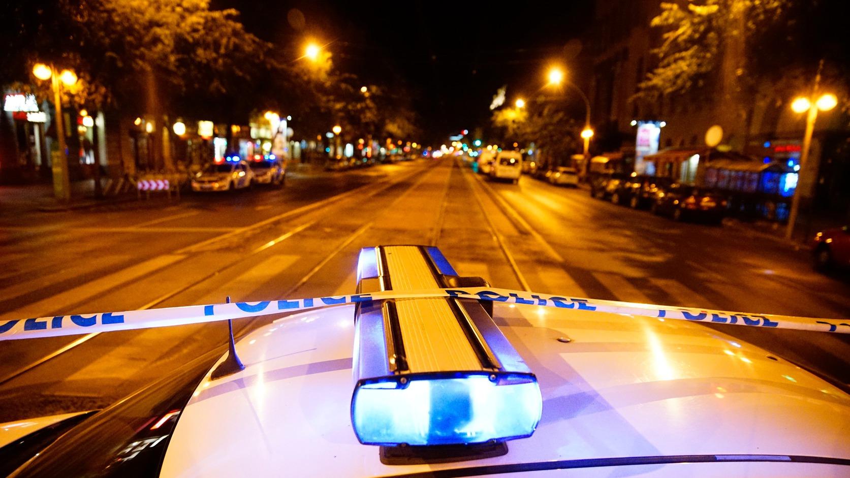 Budapest, 2016. szeptember 25. Rendőri kordon 2016. szeptember 25-én a fővárosi Király utca és a Teréz körút kereszteződéséhez közel, ahol ismeretlen eredetű robbanás történt 24-én késő este az egyik földszinti üzlethelyiségben. Az elsődleges információk szerint két ember megsérült, a mentők kórházba szállították őket. A rendőrség körbezárta a környéket, vizsgálják a robbanás körülményeit. MTI Fotó: Balogh Zoltán