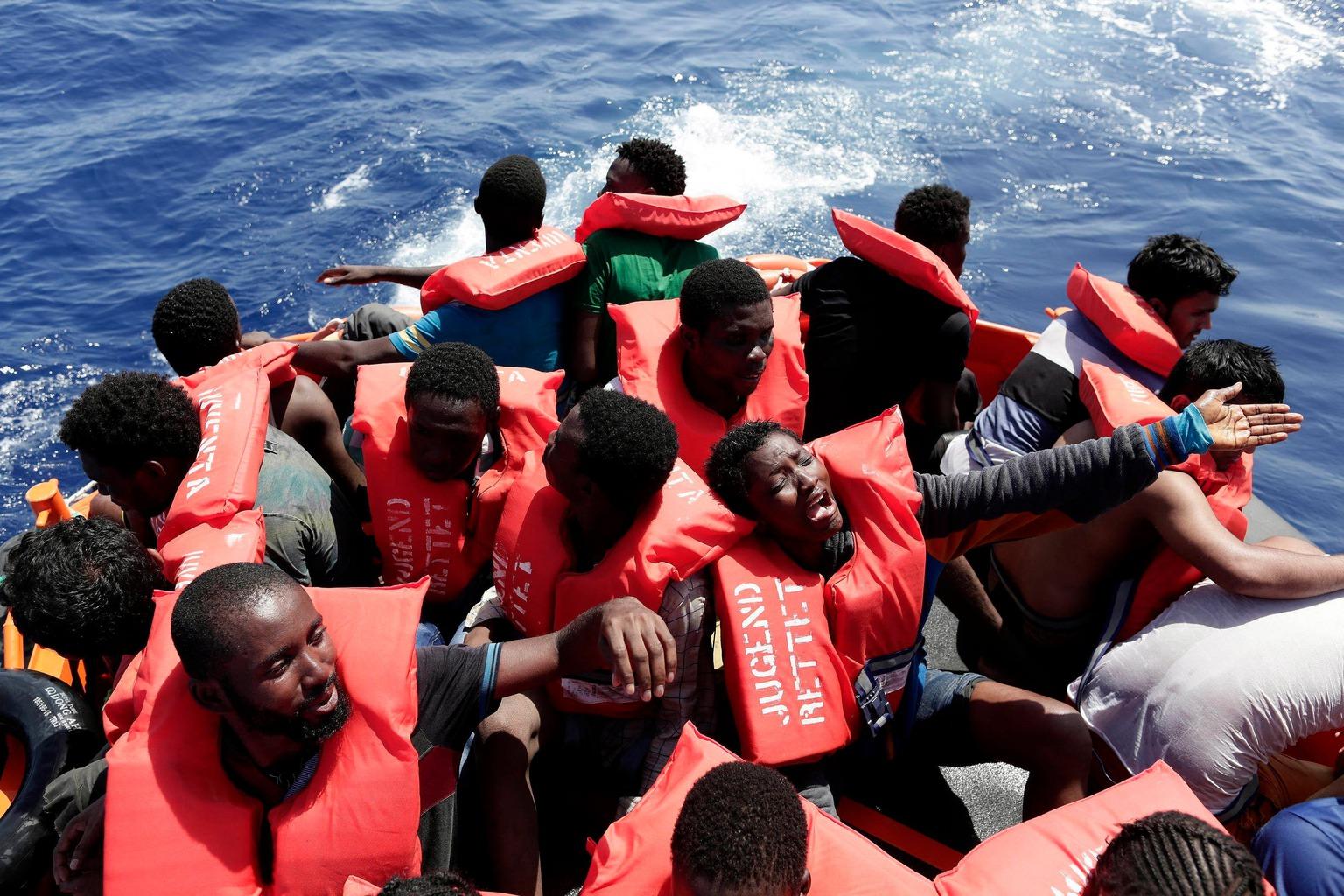 Földközi-tenger, 2016. augusztus 19. Az olasz vöröskereszt által 2016. augusztus 19-én közreadott képen Olaszországba igyekvő illegális bevándorlók süllyedő gumicsónakban, mielőtt kimentik őket a Földközi-tengeren 2016. augusztus 18-án. Egy másik csónak elsüllyedése miatt öt migráns életét vesztette a tengeren, úton az olasz partok felé. (MTI/AP/Olasz vöröskereszt/Yara Nardi)