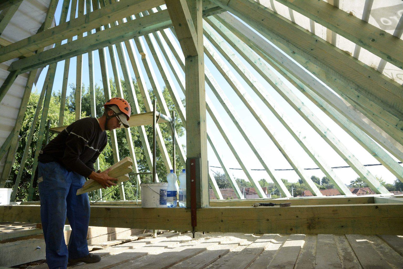 Lakóházat építő munkás. Képünk illusztráció. MTVA Újmédia Fotó