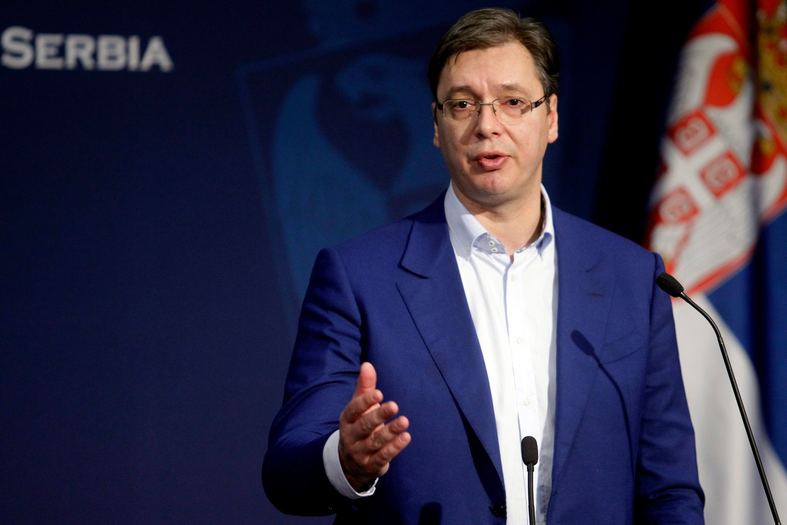 epa05609803 Serbian Prime minister Aleksandar Vucic addresses the media in Belgrade, Serbia, 30 October 2016. On 29 October 2016 Serbian Interior minister Nebojsa Stevanovic said that the security of the Prime minister Vucic was tightened because of the large quantity of weapons was found near a location of his family home near Belgrade.  EPA/KOCA SULEJMANOVIC