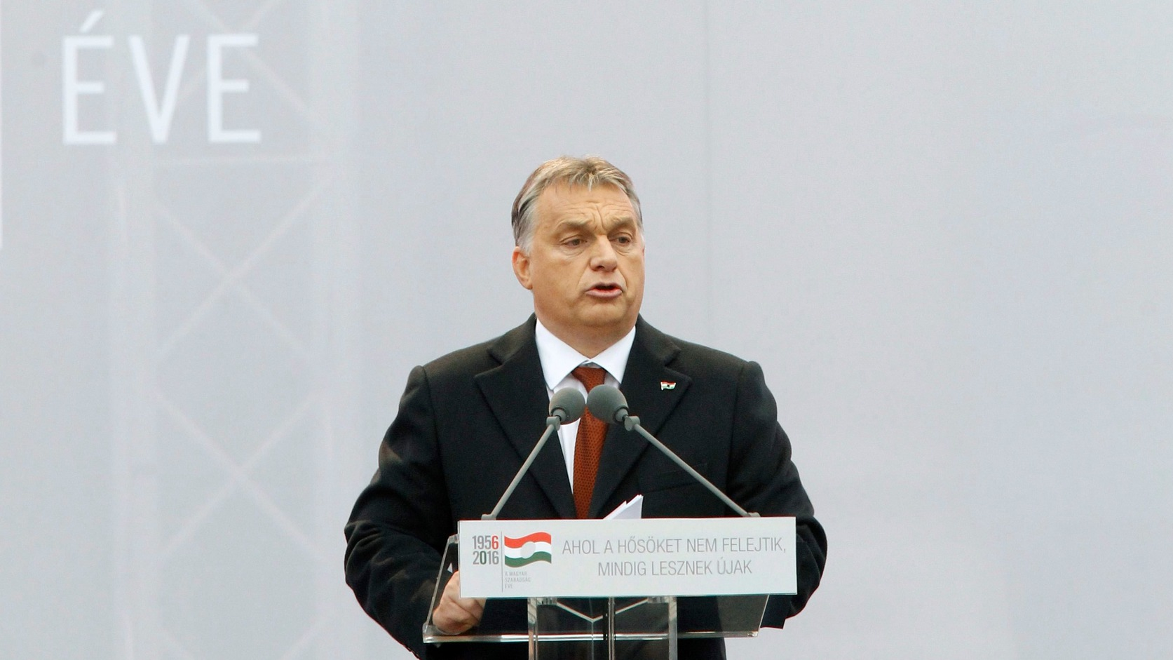Budapest, 2016. október 23. Orbán Viktor miniszterelnök beszédet mond az 1956-os forradalom és szabadságharc 60. évfordulója alkalmából, 1956-2016 - A szabad Magyarországért! címmel tartott díszünnepségen az Országház előtti Kossuth Lajos téren 2016. október 23-án. MTI Fotó: Szigetváry Zsolt