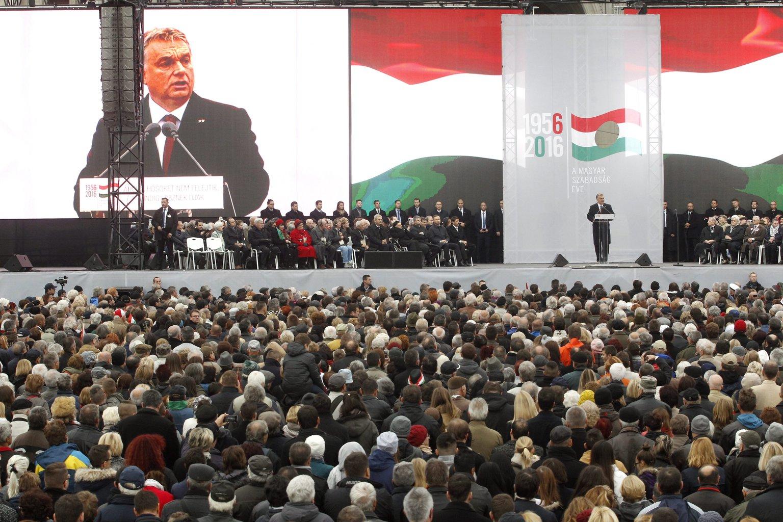 Orbán Viktor miniszterelnök beszédet mond az 1956-os forradalom és szabadságharc 60. évfordulója alkalmából, 1956-2016 - A szabad Magyarországért! címmel tartott díszünnepségen az Országház előtti Kossuth Lajos téren 2016. október 23-án. MTI Fotó: Szigetváry Zsolt