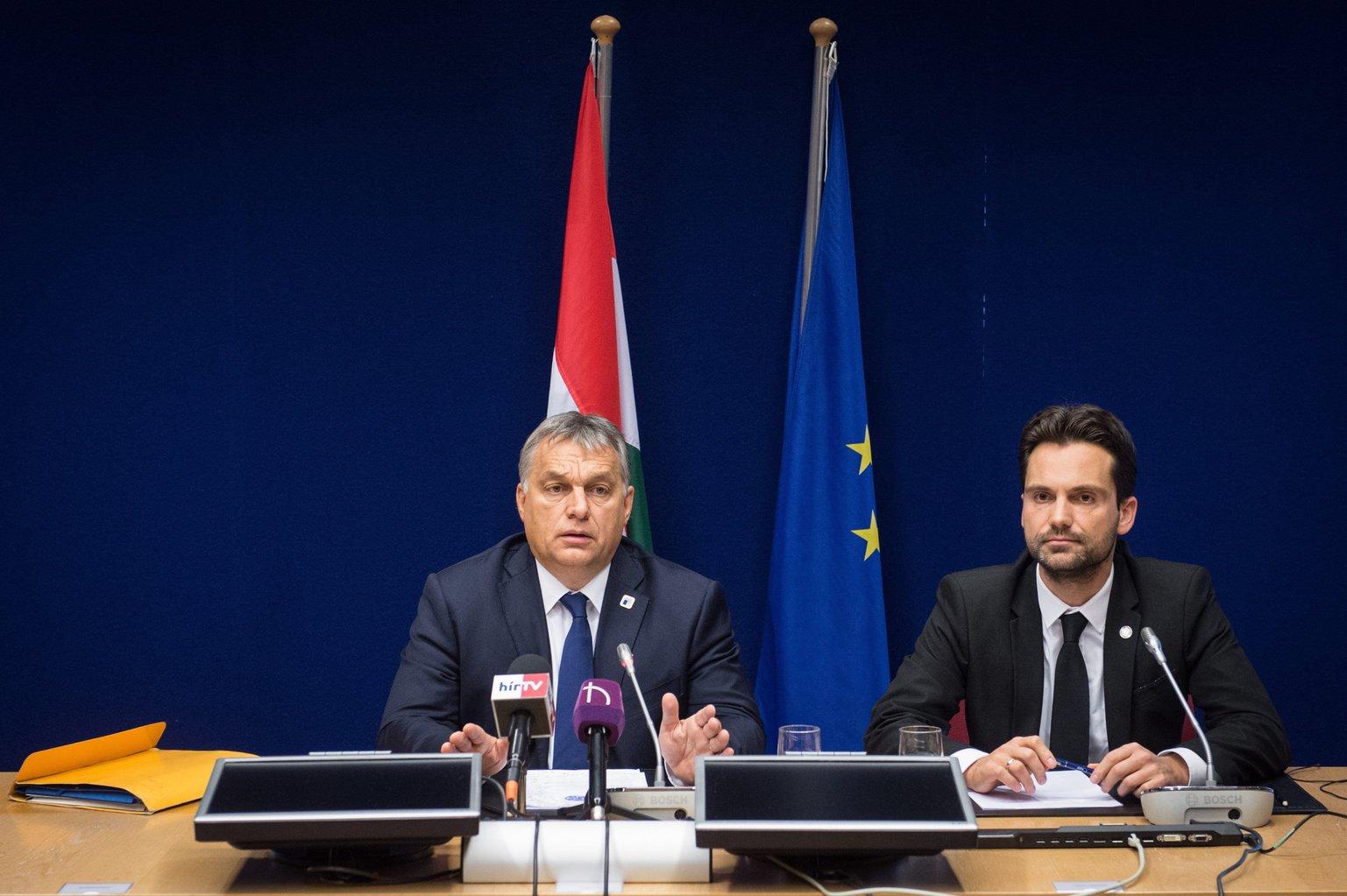 A Miniszterelnöki Sajtóiroda által közreadott képen Orbán Viktor miniszterelnök (b) sajtótájékoztatót tart az Európai Tanács kétnapos csúcstalálkozója után Brüsszelben 2016. október 21-én. Mellette Havasi Bertalan, a Miniszterelnöki Sajtóiroda vezetője. MTI Fotó: Miniszterelnöki Sajtóiroda/botár Gergely