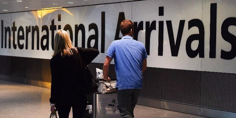 Utasok a Heathrow repülőtéren Londonban. (MTI/EPA/Andy Rain)