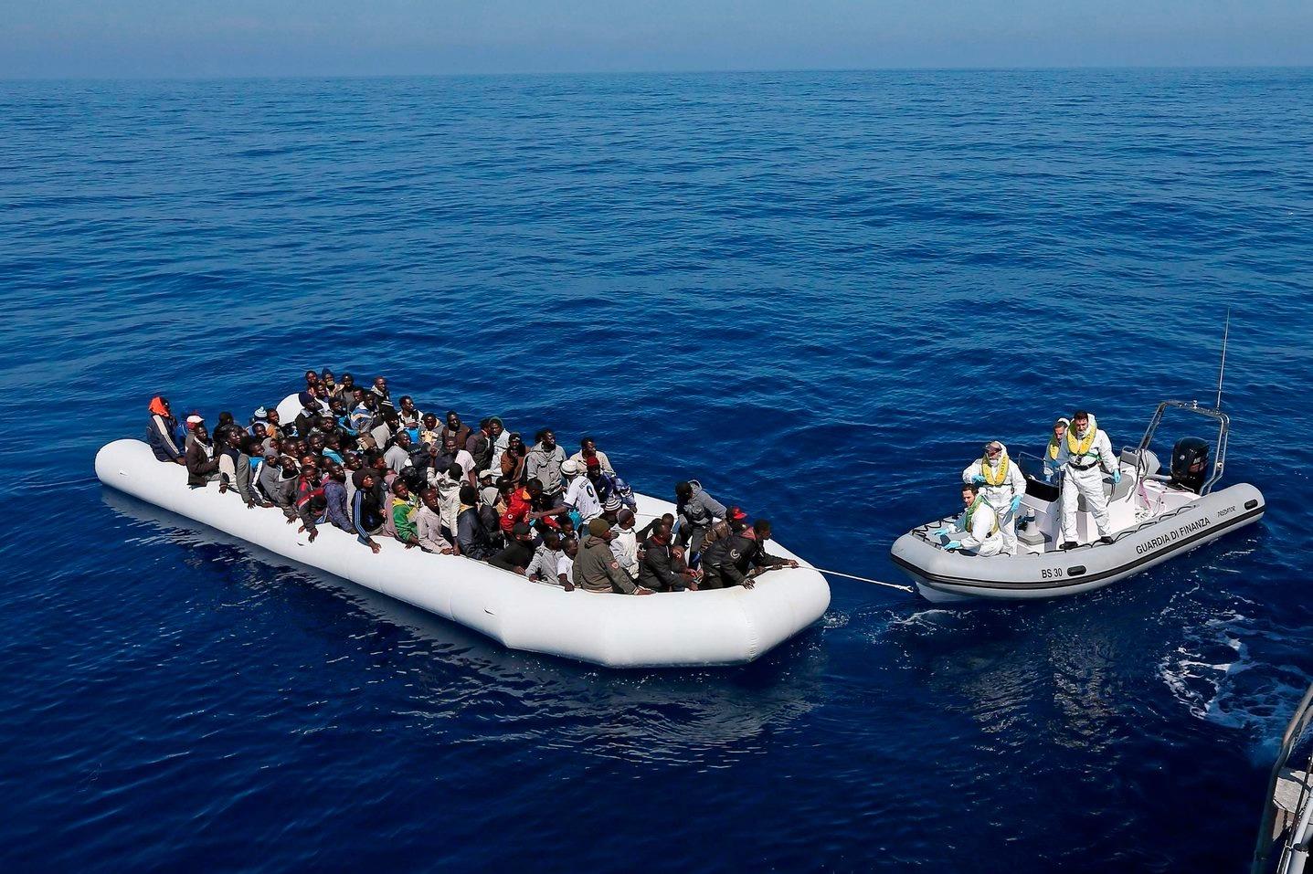 Illegális bevándorlókkal teli mentőcsónak érkezik az olasz pénzügyőrség Denaro hajójához a Földközi-tengeren Olaszország partjainál 2015. április 22-én.  (MTI/EPA/Alessandro Di Meo)