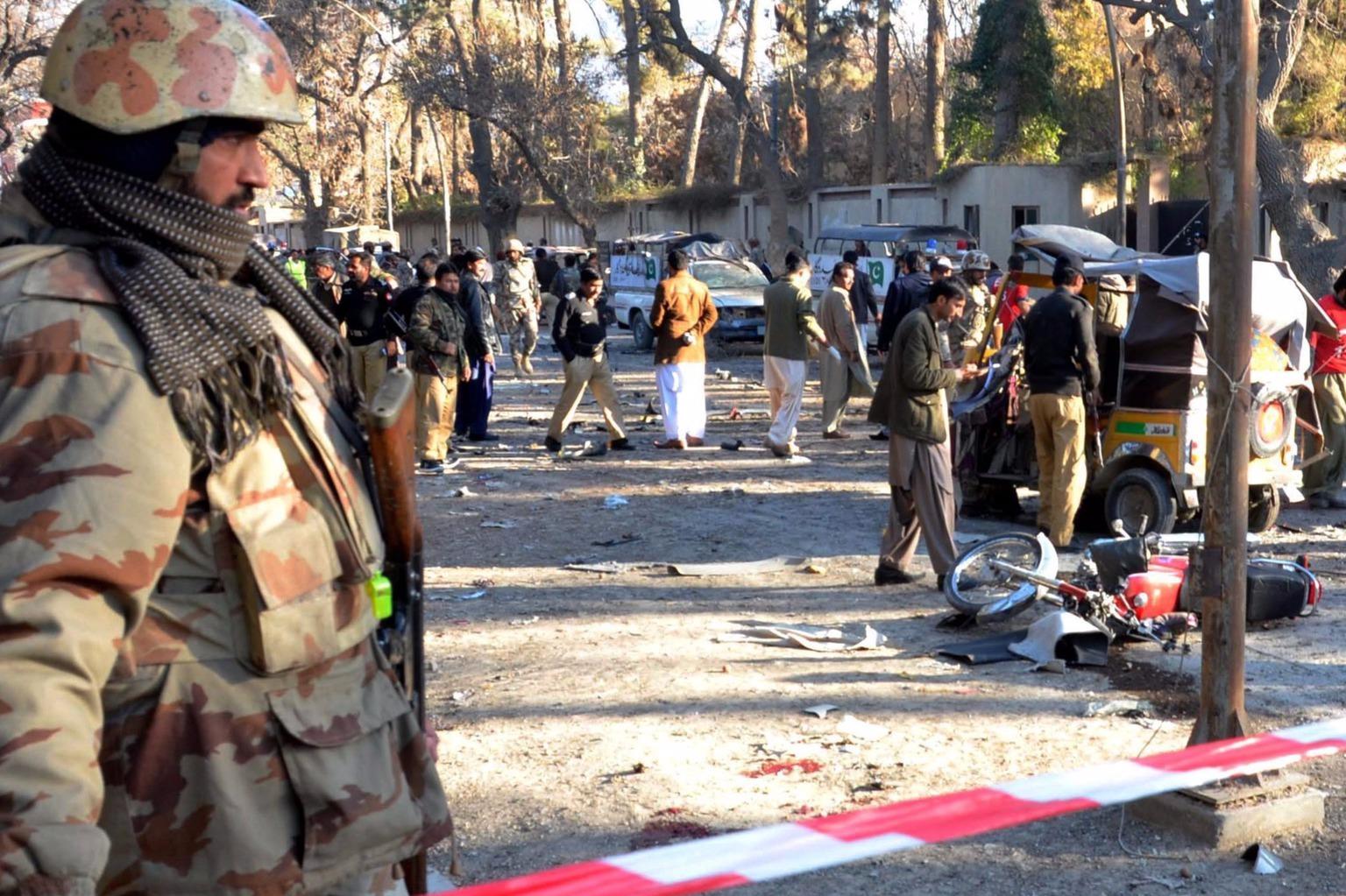 Kvetta, 2016. február 6.A pakisztáni biztonsági szolgálat tagjai a délnyugat-pakisztáni Kvettában elkövetett pokolgépes merénylet helyszínén 2016. február 6-án. A merényletnek legkevesebb tíz halálos aáldozata van. (MTI/EPA/Dzsamal Tarakaj)