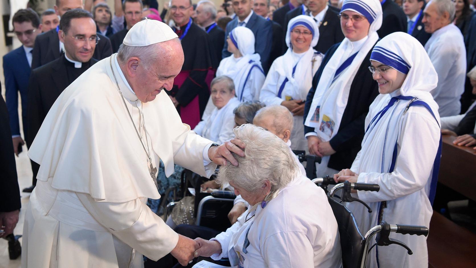Baku, 2016. október 2. Ferenc pápa (b) megáld egy hívet a Kalkuttai Teréz anya által alapított Szeretet Misszionáriusai rendház apácái mellett a bakui Szeplőtelen Szűz templomban tartott miséjén 2016. október 2-án. A katolikus egyházfő egynapos látogatáson tartózkodik Azerbajdzsánban. (MTI/AP pool/L'Osservatore Romano)