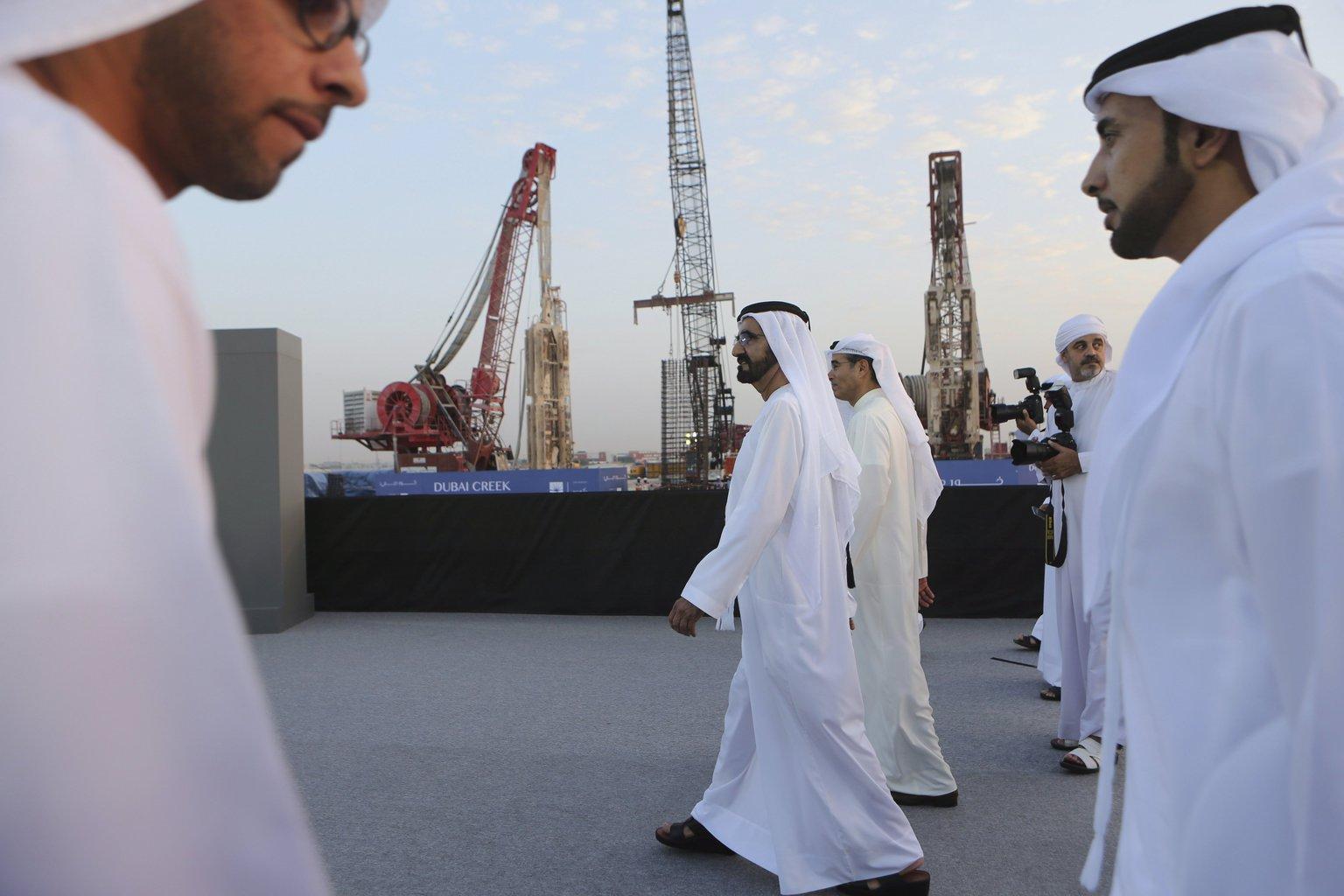 Mohamed bin Rasíd Ál-Maktúm dubaji uralkodó, az Egyesült Arab Emírségek alelnöke és miniszterelnöke (k) érkezik a városállam vízi útjáról elnevezett Dubai Creek Harbour-toronynak az alapkőletételére Dubaj tengerpartján 2016. október 10-én. A világ legnagyobb felhőkarcolója a tervek szerint a 2020-as dubaji világkiállítás évére készül majd el, a magasságáról egyelőre nem közöltek pontos adatokat. (MTI/AP/Kamran Dzsebreili)