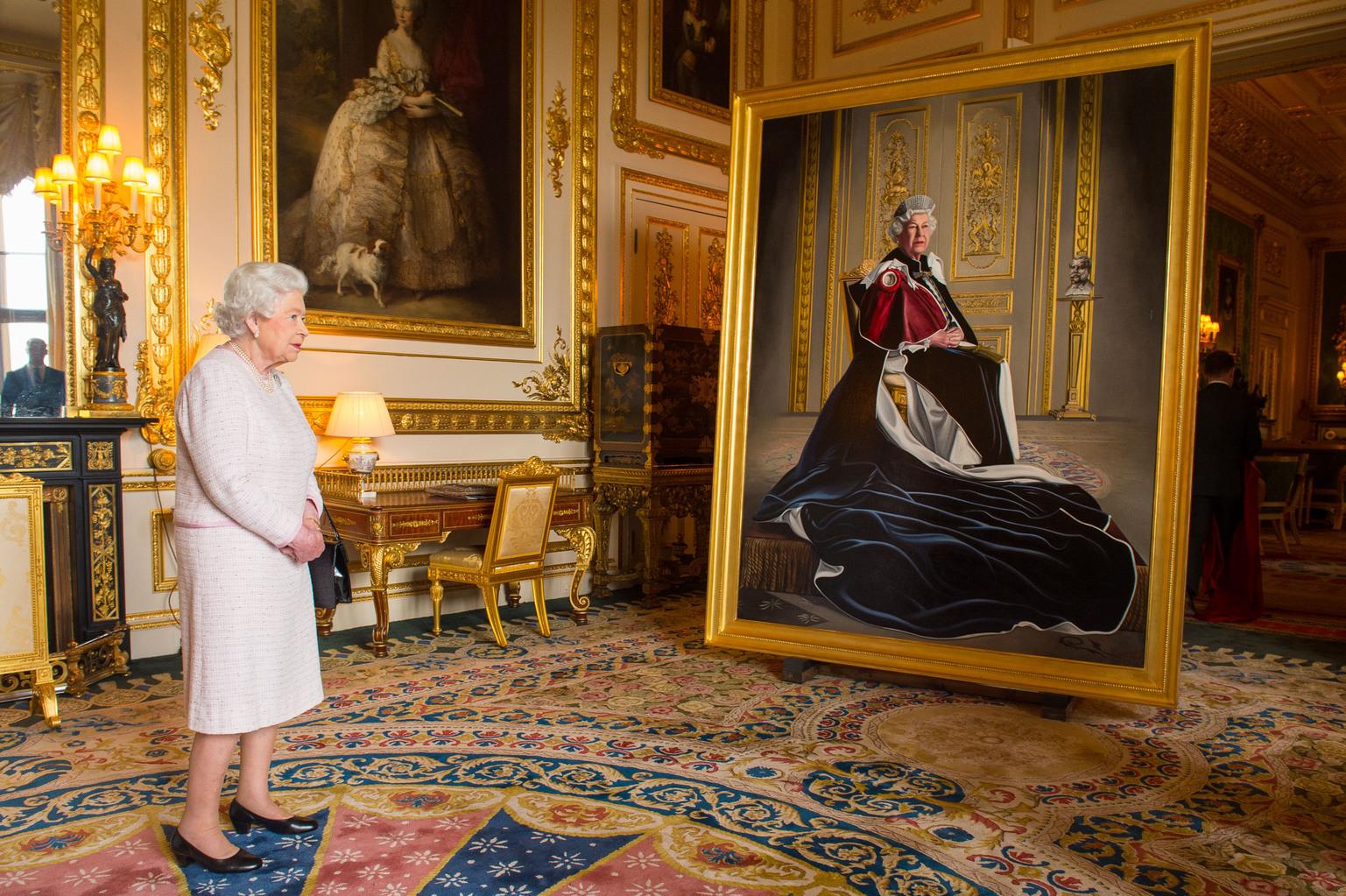 II. Erzsébet a róla készült portré előtt a Windsor kastélyban. Fotó: Rex Features