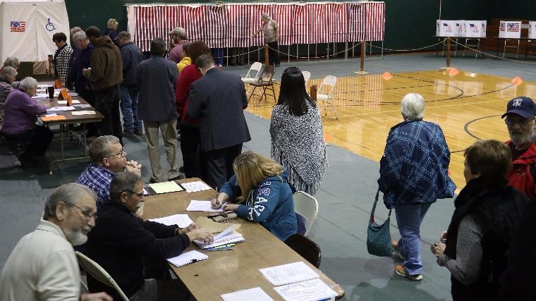 Szavazók várnak a sorukra az amerikai elnökvákasztáson az egyesült államokbeli New Hampshire államban 2016. november 8-án. Fotó: EPA/Herb Swanson
