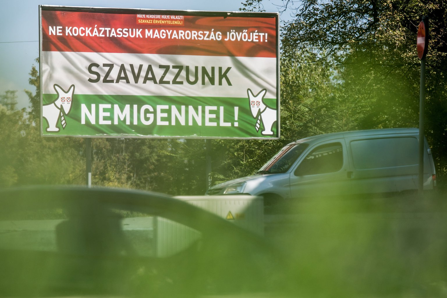 A Magyar Kétfarkú Kutya Párt (MKKP) az október 2-i kvótareferendumon érvénytelen szavazatra ösztönző plakátja Budapesten a Hungária körúton 2016. szeptember 23-án. Október 2-án lesz a nem magyar állampolgárok Magyarországra történő kötelező betelepítésével kapcsolatban kiírt népszavazás (kvótareferendum). MTI Fotó: Balogh Zoltán