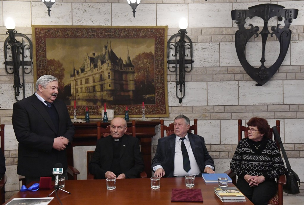 1956 – Emberi méltóságért díjat kapott Varjú Imre római katolikus pap