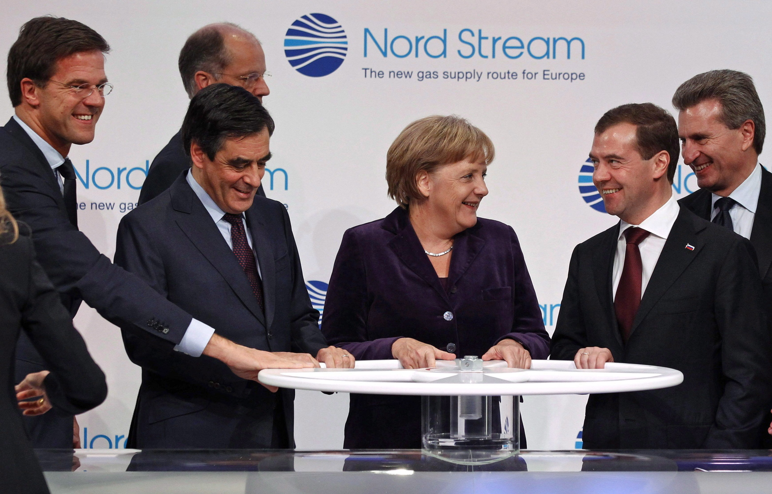 Mark RUTTE holland miniszterelnök, Francois FILLON francia miniszterelnök, Angela MERKEL német kancellár és Dmitrij MEDVEGYEV orosz elnök (b-j) szimbolikusan megnyitja a Nord Stream (Északi Áramlat) elnevezésű, a Balti-tenger alatt Oroszország és Németország között futó gázvezetéket Lubminban, Németországban. A vezeték közvetlenül összeköti a német és nyugat-európai gázhálózatot a világ egyik legnagyobb földgázmezőjével. (MTI/EPA/RIA NOVOSTI/Dmitrij Asztakov)