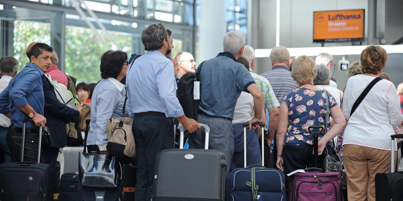 München, 2012. augusztus 29.Utasok várakoznak a müncheni nemzetközi repülőtéren 2012. augusztus 29-én. Az UFO szakszervezet elnökének tájékoztatása szerint augusztus 30-tól sztrájkol a Lufthansa német légitársaság kabinszemélyzete, egyes repülőtereken több órára felfüggesztik majd a munkát, miután a bértárgyalások zátonyra futottak. A Lufthansánál 19 ezer utaskísérő dolgozik, becslések szerint kétharmaduk a sztrájkot meghirdető szakszervezet tagja. Az UFO 5 százalékos béremelést és egyhavi bérnek megfelelő nyereségrészesedést követel, valamint garanciát arra, hogy a Lufthansa nem szervezi ki az utaskísérői feladatokat és nem alkalmaz kölcsönzött munkaerőt. (MTI/EPA/Andreas Gebert)