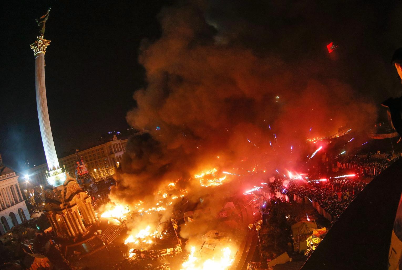A kormányellenes tüntetők és rohamrendőrök összecsapásának egyik helyszíne, a Függetlenség tere Kijevben 2014. február 18-án éjjel. (MTI/EPA/Szerhíj Dolzsenko)