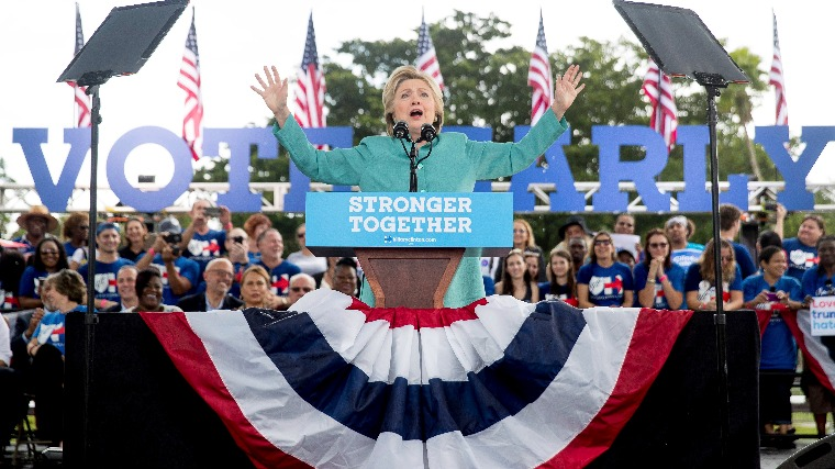 Hillary Clinton demokrata párti elnökjelölt köszönti támogatóit a Florida állambeli Pembroke Pinesban tartott kampányrendezvényén 2016. november 5-én. (MTI/AP/Andrew Harnik)