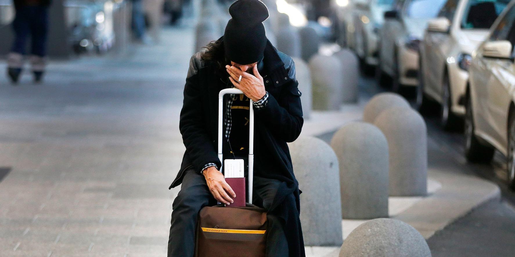 Frankfurt, 2016. november 23. Egy utas várakozik a frankfurti repülőtér utascsarnoka előtt 2016. november 23-án, miután a Lufthansa német légitársaság pilótái megkezdték kétnapos sztrájkjukat. A bérvita miatt meghirdetett munkabeszüntetés következtében 876 járatot töröltek, és ez mintegy 100 ezer utast érint. (MTI/AP/Michael Probst)