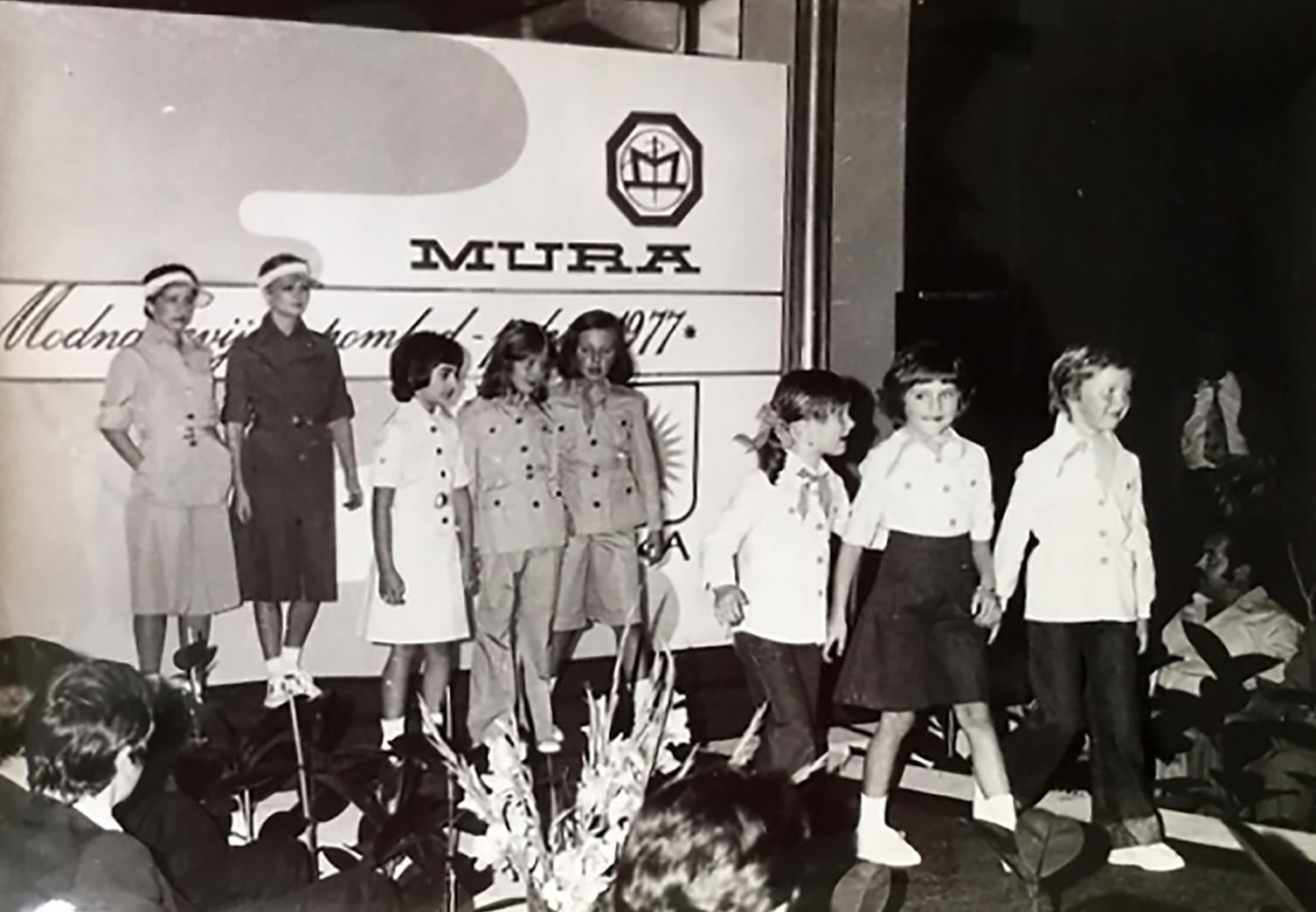 Melania Trump gyerekként (jobbról a második) a Jutranjka gyermekruhákat  gyártó cég bemutatóján 1977-