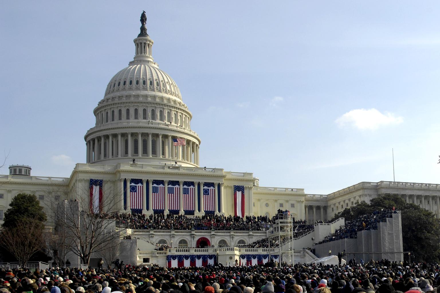 George Washington 1793-ben 135 szóval tette le az elnöki esküt William Henry Harrisonnal, aki két órán keresztül szavalta a 8.445 szavas beszédét.