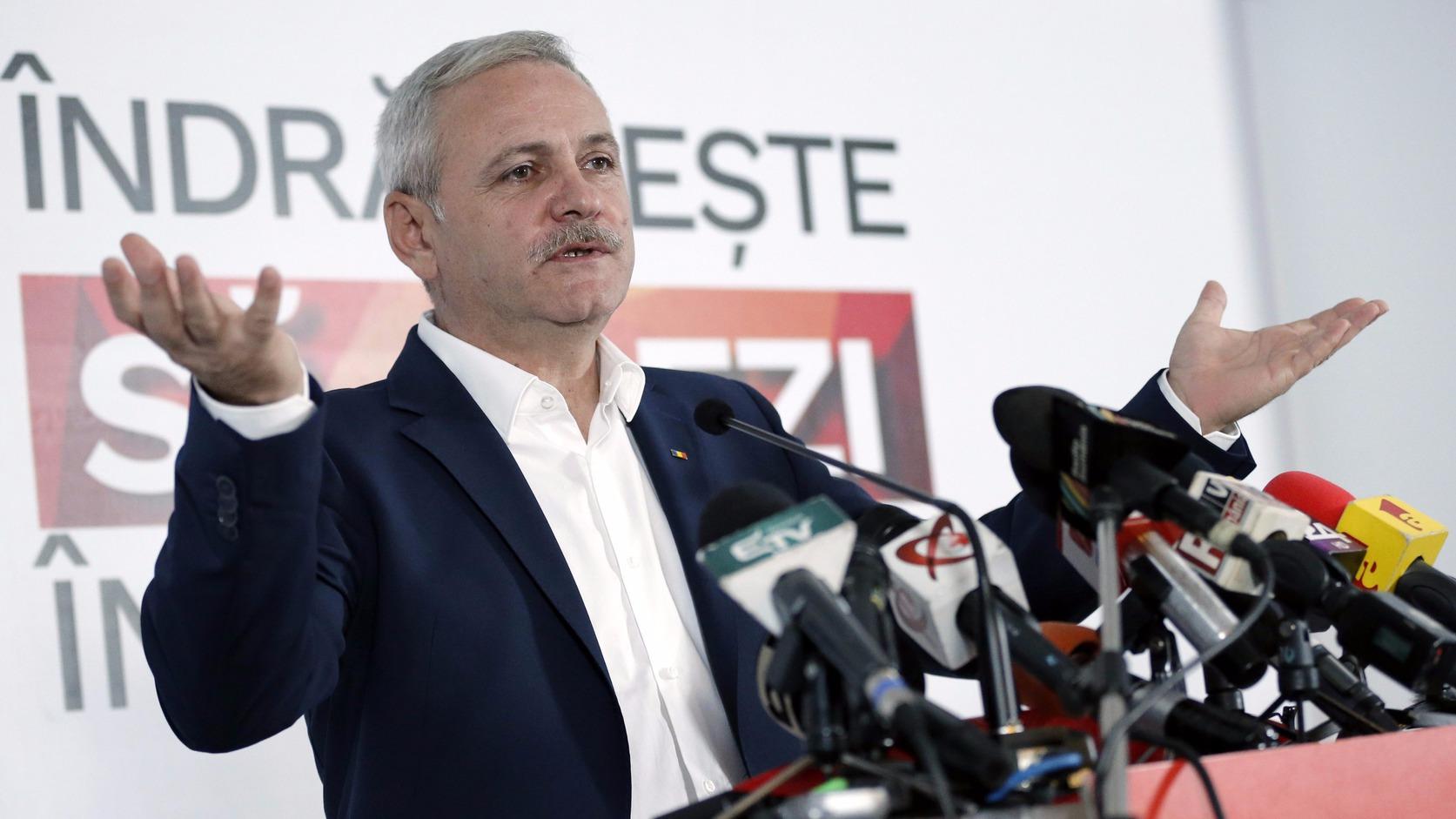 Bukarest, 2016. december 11. Liviu Dragnea, a román Szociáldemokrata Párt (PSD) elnöke nyilatkozik a sajtó képviselőinek az exit poll eredmények közzé tétele után Bukarestben 2016. december 11-én, a parlamenti választásokat követően. Az első becslések szerint az eddigi legnagyobb frakcióval rendelkező PSD fölényesen, a voksok csaknem 46 százalékát megszerezve nyerte meg a romániai parlamenti választásokat. (MTI/AP/Vadim Ghirda)