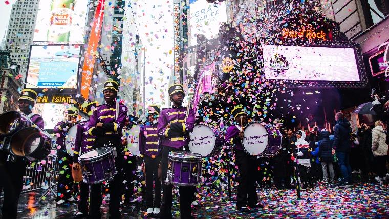 A New York-i Marching Cobras együttes tagjai szilveszter előtti konfetti-teszten vesznek részt a Times Square-en 2016. december 29-én Fotó: EPA/ALBA VIGARAY