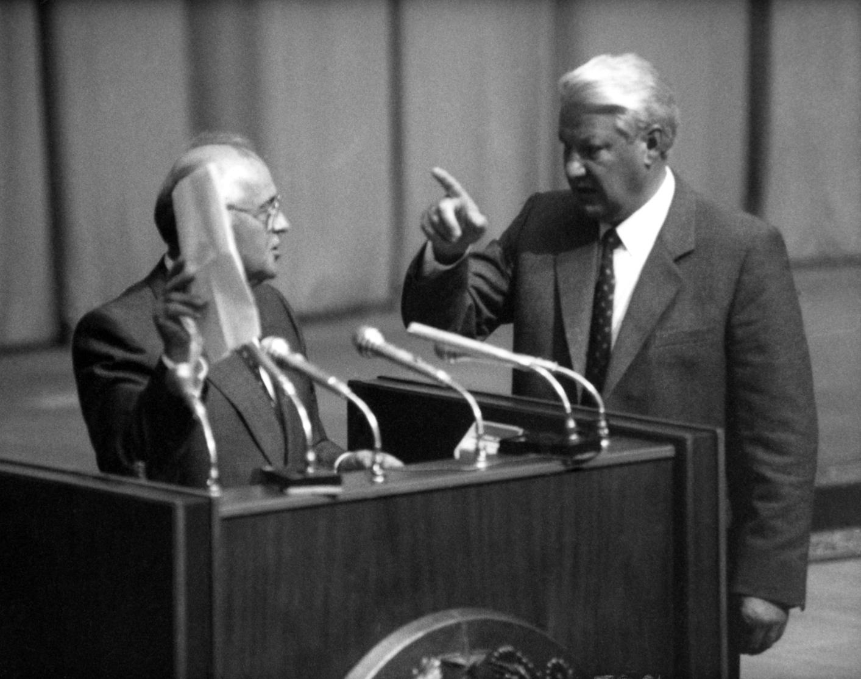 Mihail Gorbacsov (b) és Borisz Jelcin (j) az orosz parlament ülésén a szovjet államcsínykísérlet idején 1991. augusztus 24-én. Hatalomátvételi kísérlet zajlott le a Szovjetunióban 1991. augusztus 18-21. között, amelynek során Mihail Gorbacsov szovjet államfőt állítólagos betegségére hivatkozva leváltották tisztségéből, valójában krími nyaralójában fogva tartották (MTI Fotó: Cseke Csilla)